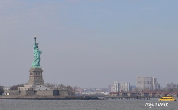 Así de cerquita se ve la Estatua de la Libertad, desde el ferry que va hacia Staten Island
