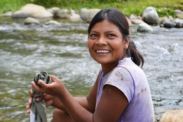 En el río, lavando ropa