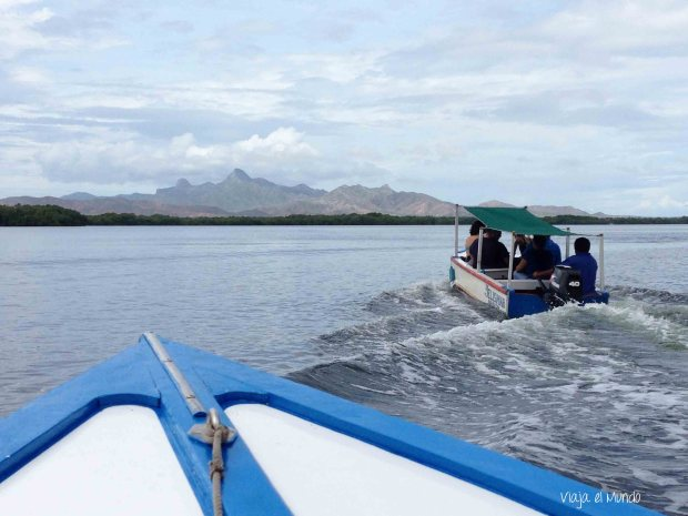 Navegando la laguna, con el cerro de Macanao, al fondo
