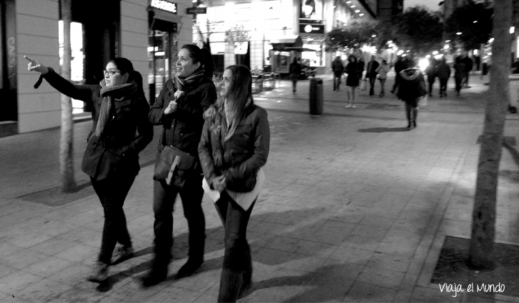 El frío, la noche y las risas caminando por la calle Fuencarral