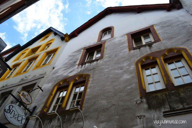 Fachadas en el barrio medieval judío, donde ahora hay bares