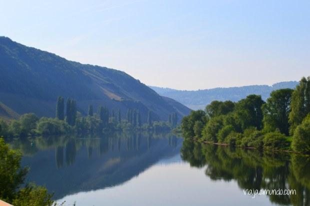 El río Mosel es el paisaje constante entre Trier y Bernkastel-Kues