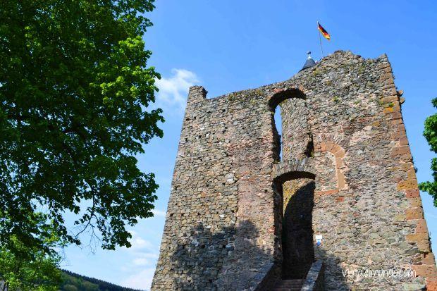 El castillo se asoma en la colina de Saarburg