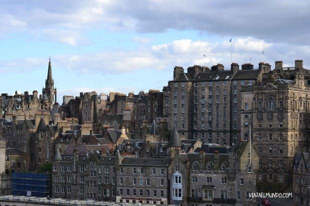 El Old Town de Edimburgo, visto desde el Waverley Bridge