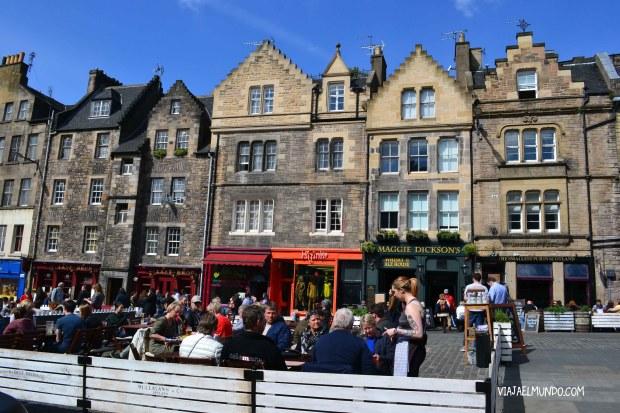 Grassmarket con el pub de Maggie Dickson al fondo, cerquita de The Last Drop