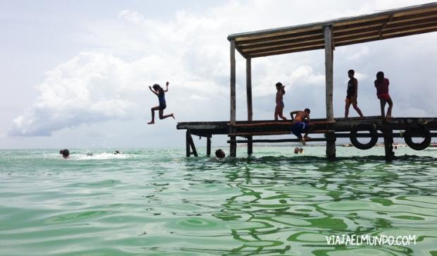 También saltaban desde el muelle en playa El Yaque