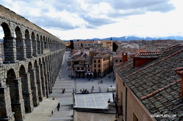 El acueducto escolta a la ciudad de Segovia