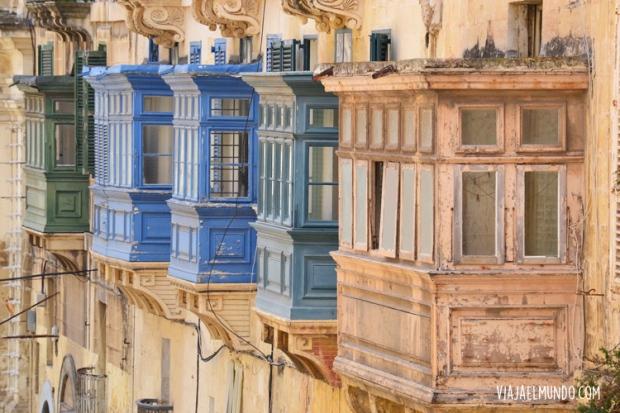Con sus balcones llenos de otras vidas