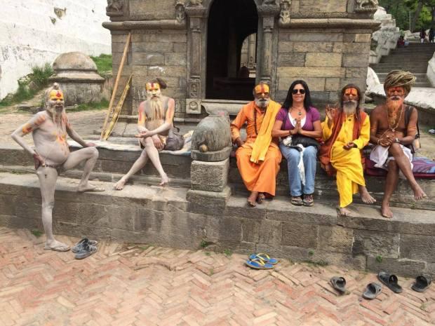 Bendecida por los Sadhus en Pashupatinath Temple, en Katmandú (un Sadhu es un monje que sigue el camino de la penitencia y la austeridad para obtener la iluminación)