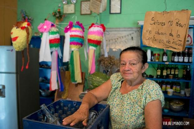 Ligia y sus piñatas de tapara