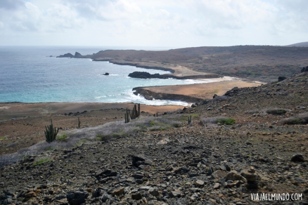 El norte de la isla es árido y azul profundo