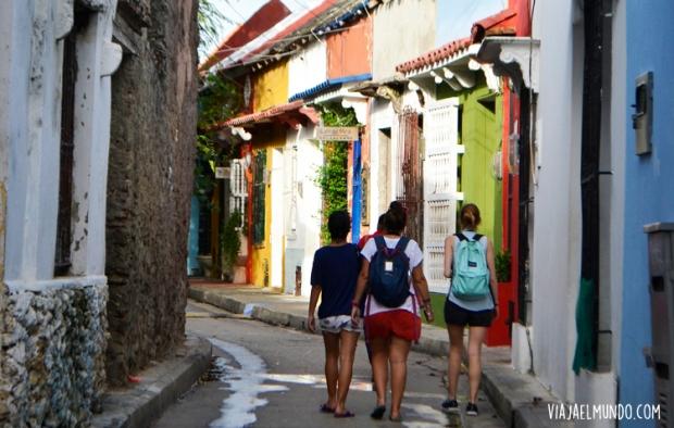 Lau, Maru y Aniko caminando por Getsemaní
