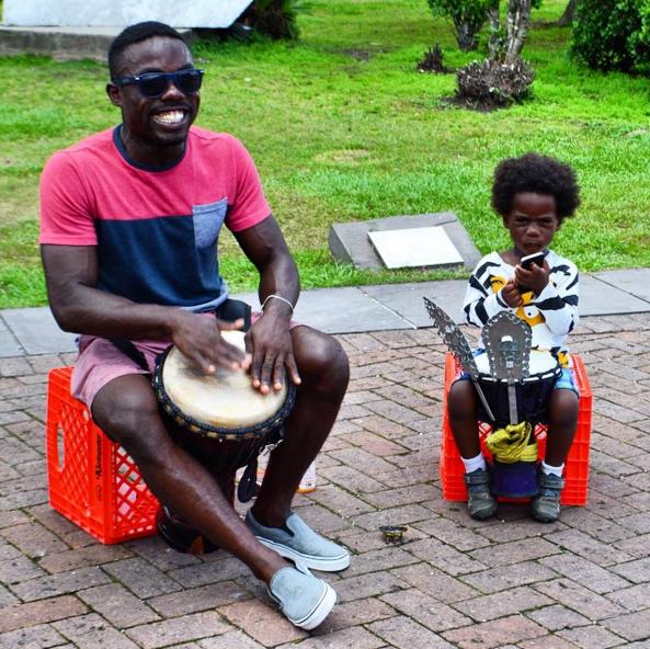 Su tambor es tan alegre como su risa
